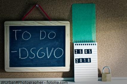 To Do DSGVO (Datenschutzgrundverordnung) in englisch To Do GDPR (General Data Protection Regulation) mit einem Laptop und Vorhängeschloss zur Einführung der DSGVO in der EU am 25.05.2018